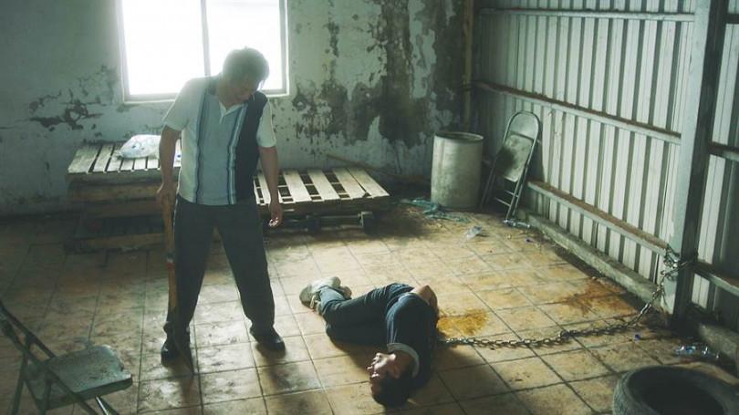 莊凱勛劇中手腳遭綑綁,當場尿在褲子上。(圖/公視提供)