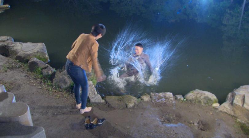潘柏希在八點檔《多情城市》中為了瑭霏跌落水池。