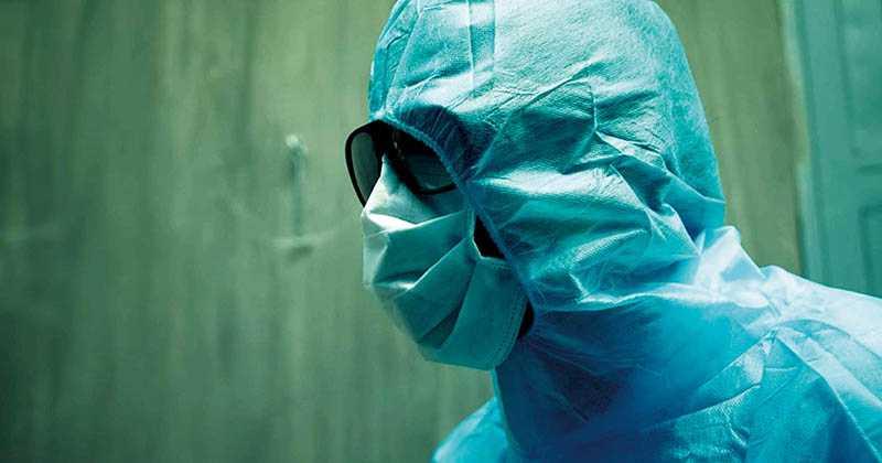 片中也深刻地描述第一線的醫療人員,如何對抗此類型疫情。(圖/Netflix提供)