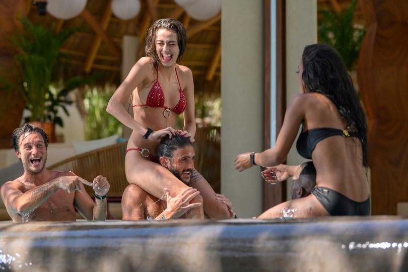 《慾罷不能》男女互撩,更有猛男在泳池聚會時提議「我們可以辦群交派對!」刷新三觀的渣男行徑成為觀眾話題。(圖/Netflix提供)