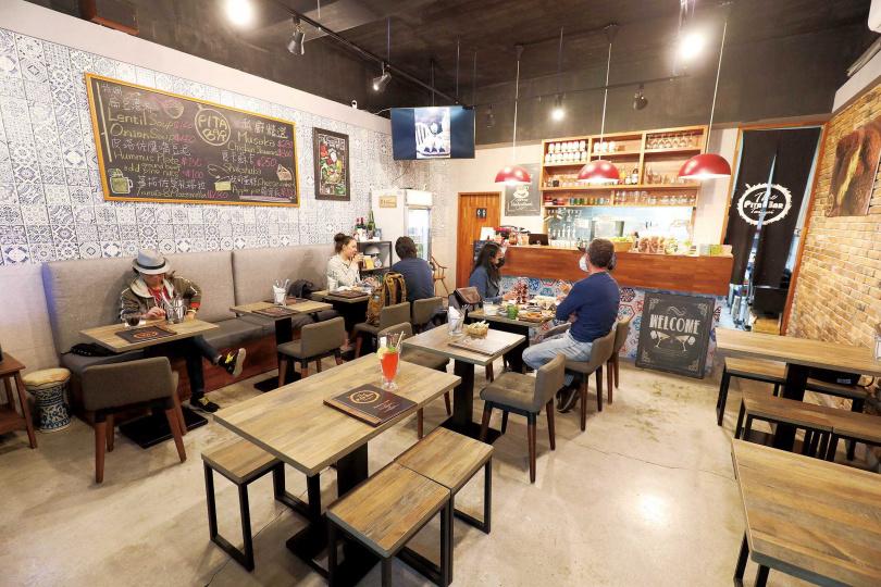 簡單不複雜的環境,讓人更能感受「The Pita Bar Taipei」料理的美味。(圖/于魯光攝)