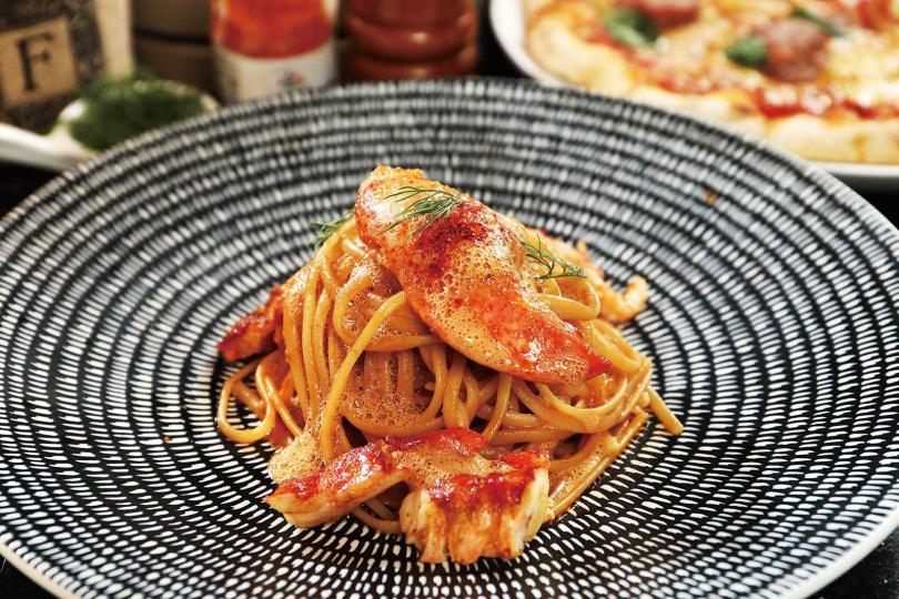 華麗的「緬因龍蝦細扁麵」以印度咖哩擔任引味,配上彈牙麵條襯托龍蝦的磅礡香氣。(1180元)(圖/于魯光攝)