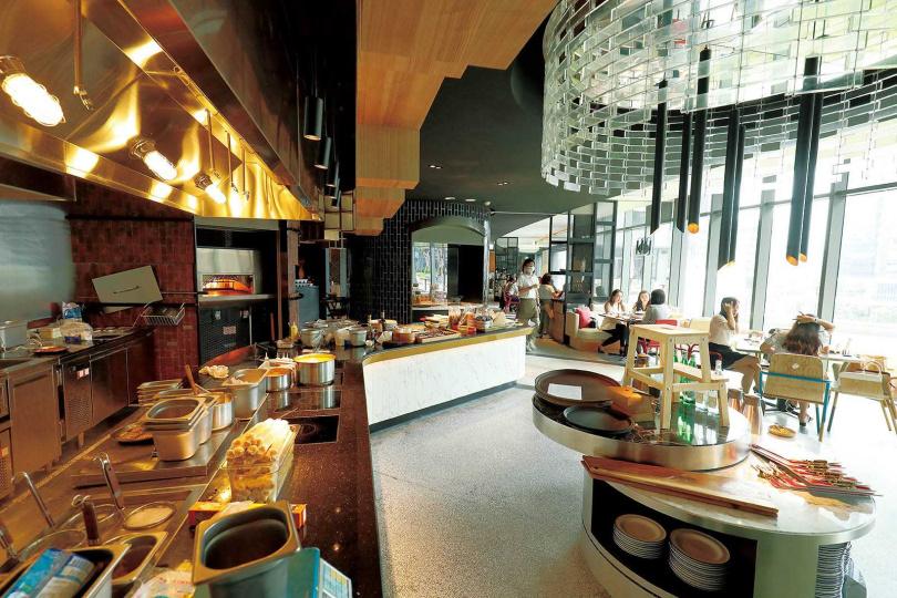 「T.R Bar & Kitchen」動線活潑流暢,客人絡繹不絕。(圖/于魯光攝)