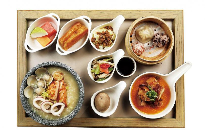 只有住客才能享受到的「海鮮粥」,因為疫情關係,採取套餐方式,從港點、水果、主食到甜點一應俱全。(圖/于魯光攝)