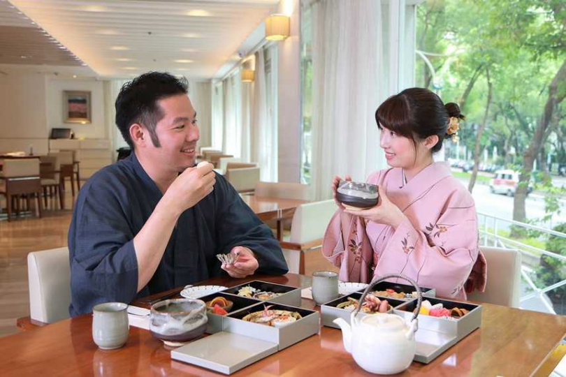 台北老爺酒店為哈日族規畫一場在飯店內就可以由專人服務的輕和服體驗、享受日式三層下午茶的「和風秋旅」偽出國輕旅行。