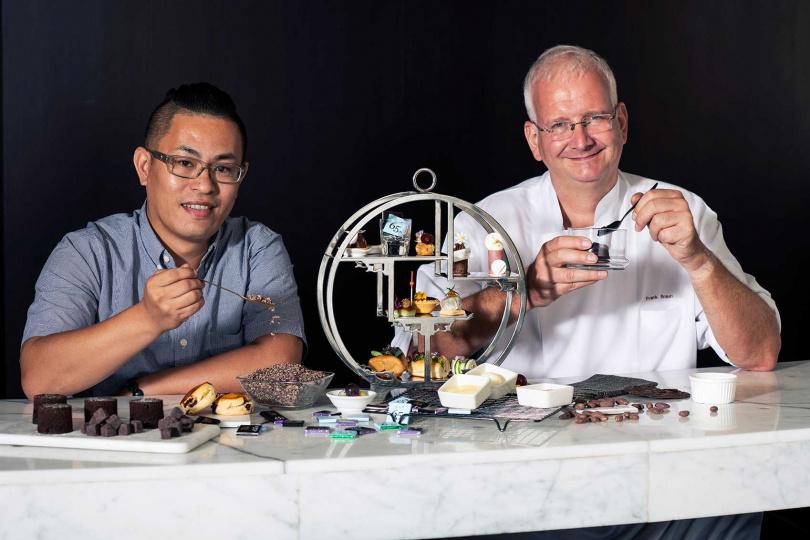 甜點主廚Frank(右)和TC巧鋪創辦人邱濬宇合作「巧遇 巧克力下午茶」。(圖/香格里拉台北遠東國際大飯店提供)