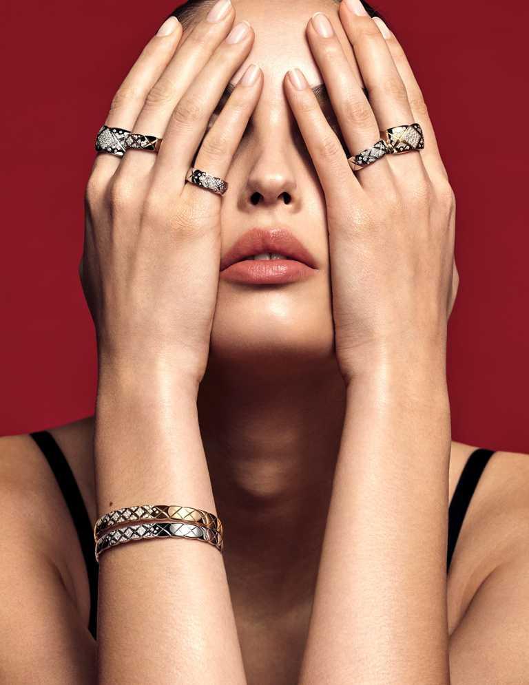 佩戴CHANEL「COCO CRUSH」系列高級珠寶的法則之一,便是戴越多越美麗。(圖╱CHANEL提供)