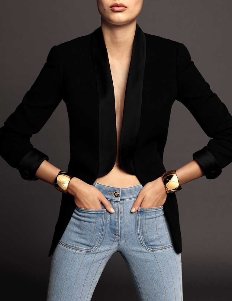 將兩款相同的CHANEL「COCO CRUSH」黃金手環,分別佩戴於左右手,呈現對稱風格。(圖╱CHANEL提供)