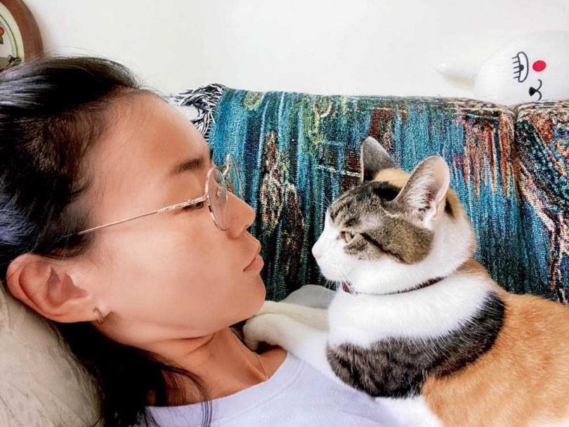 鍾瑶與Bucca經常對話,她說Bucca不但會碎碎唸,還會叫她起床。(圖/翻攝自鍾瑶臉書)