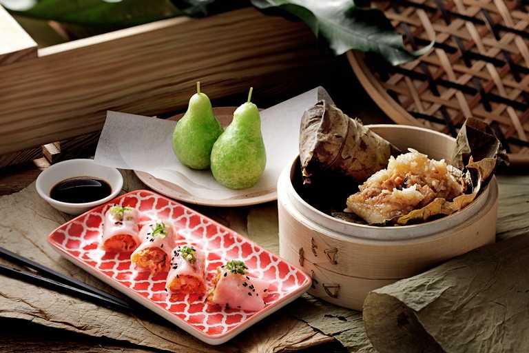 「唐點小聚」的港點蟹肉啤梨果、網皮鮮蝦腸粉與荷香糯米雞。