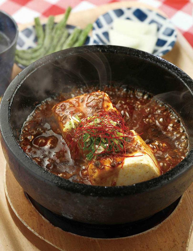 「和牛重慶麻婆豆腐」先在高溫的石鍋中,將和牛小腸爆香,又多了一種油脂香氣。(250元)(圖/于魯光攝)
