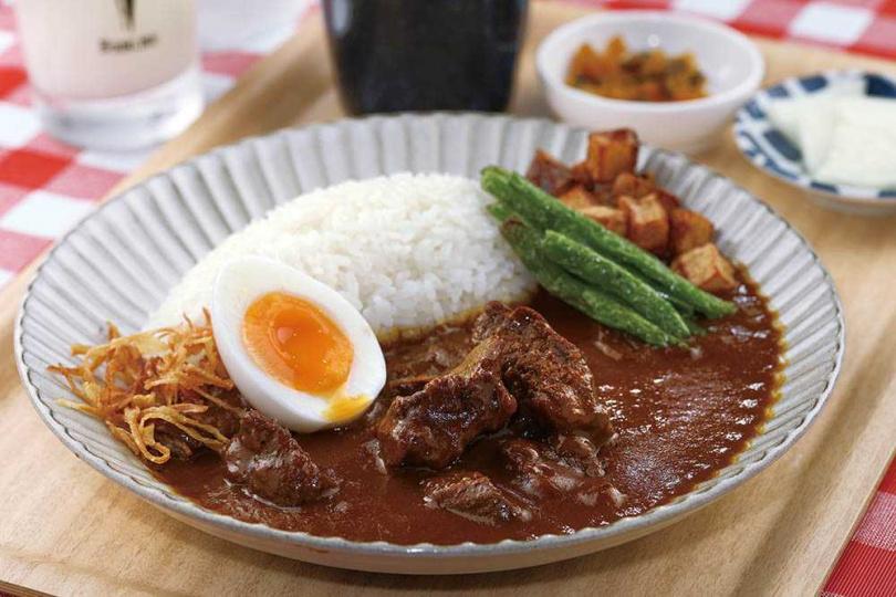 「和牛咖哩飯」的咖哩加入小牛骨高湯慢火燉煮,香濃夠味。(250元)(圖/于魯光攝)