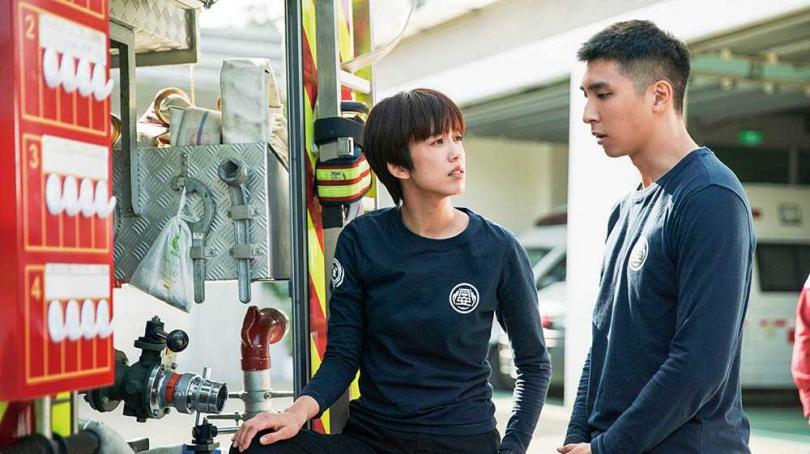 與陳庭妮合作消防職人劇《火神的眼淚》,胡釋安認為對方私下像同輩一樣沒有距離。(圖/公視提供)
