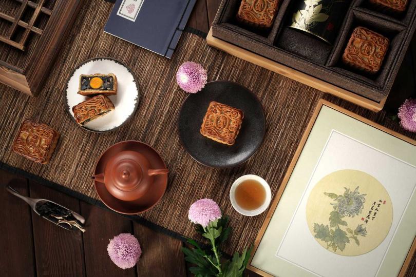 君品飯店的「畫中月」禮盒,上蓋是一幅宣紙掛畫,印上故宮成扇上的金蕊流霞秋菊。(圖/君品飯店)