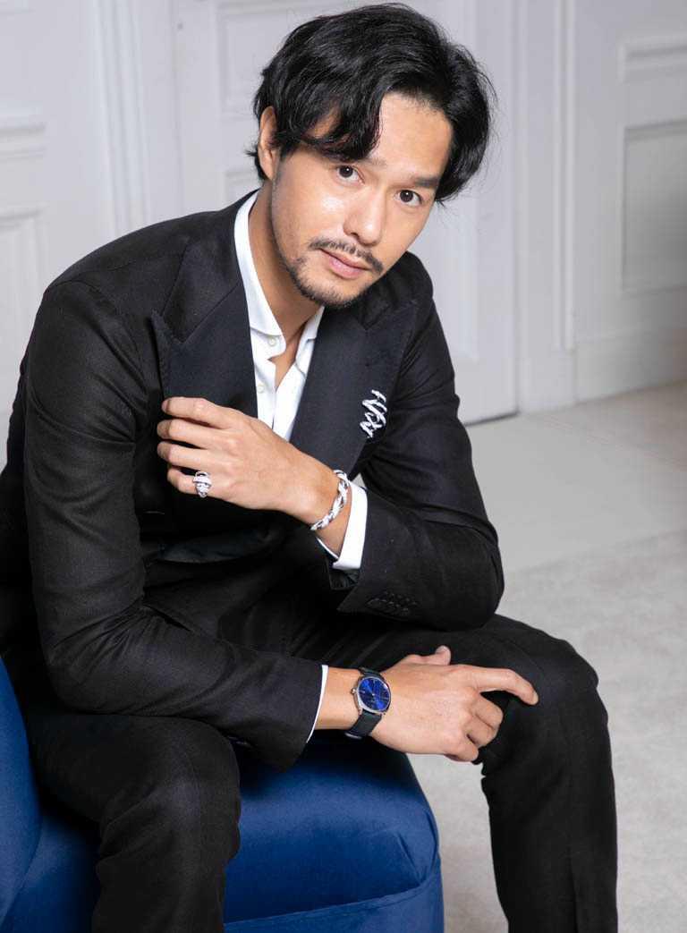 文藝型男丁春誠,佩戴律動感十足的CHAUMET「Torsade de Chaumet」胸針、搭配「Dandy」經典錶款,完美詮釋現代紳士裝扮。(圖╱CHAUMET提供)