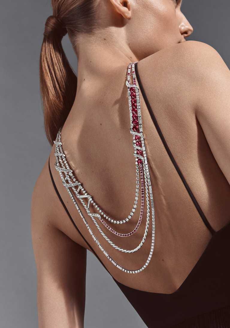 CHAUMET「Torsade de Chaumet」系列高級珠寶,18K白金可轉換式項鍊,鑲嵌12顆來自莫三比克、共重約16.72克拉的枕形切割Vivid Red艷紅色紅寶石、64顆重約7.59克拉的圓形紅寶石、11顆重約3.82克拉EF VVS等級長方形切割鑽石、11顆重約1.37克拉EF VVS等級方形切割鑽石、13顆重約4.27克拉DE VVS2等級的明亮式切割鑽石,以及890顆重約46.61克拉EF VVS等級的明亮式切割鑽石。(圖╱CHAUMET提供)