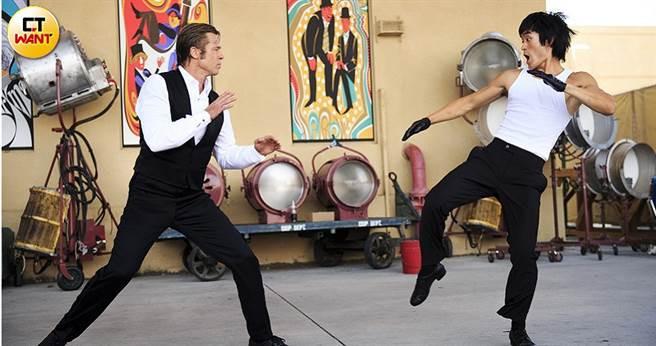 布萊德彼特(左起)與邁克瑪赫飾演飾演的李小龍角色,在片中有精彩動作戲。(圖/双喜電影提供)