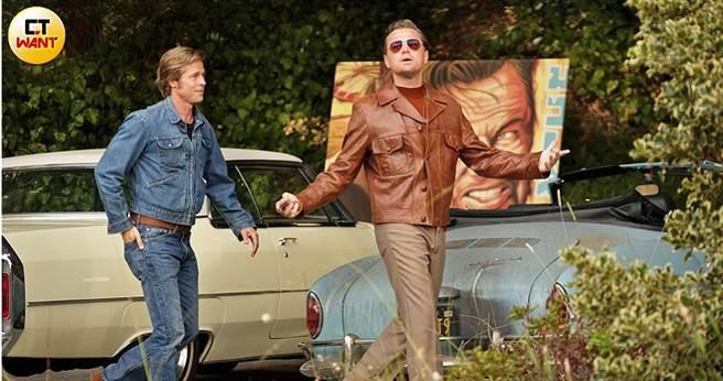 布萊德彼特(左)與李奧納多狄卡皮歐在片中合作,吸引許多影迷觀賞。(圖/双喜電影提供)