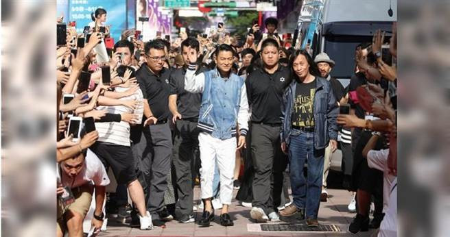 劉德華(中)與導演邱禮濤一起在西門町武昌街展開了封街走紅毯會粉絲的活動。