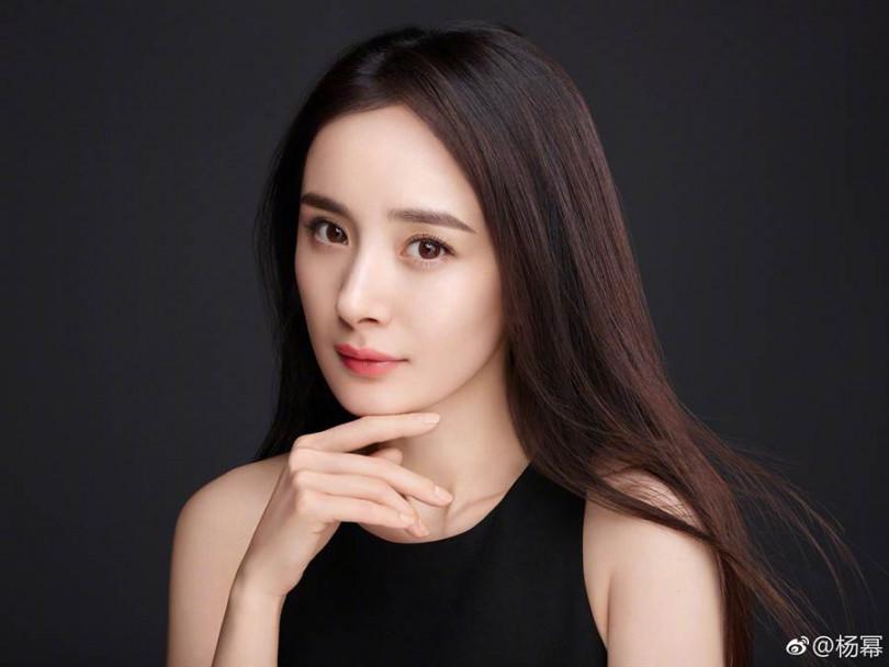 楊冪被指控拍攝電視劇《暴風眼》3個月請假長達42天,引起爭議。(圖/翻攝自楊冪微博)