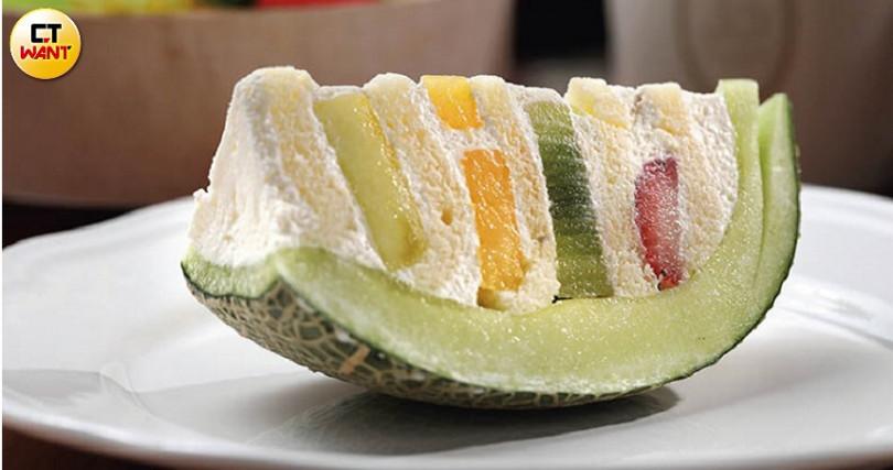 這款哈密瓜水果蛋糕以「這不是水果,是蛋糕」在網路上引起話題。(一片230元,一整顆預購價1,000元)(圖/于魯光攝)