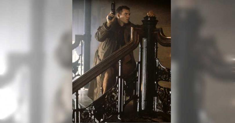 《銀翼殺手最終版》中由哈里遜福特飾演的銀翼殺手戴克在追捕複製人的過程中,逐漸發現人類及複製人的複雜人性問題,並開始懷疑自己的身分認同。