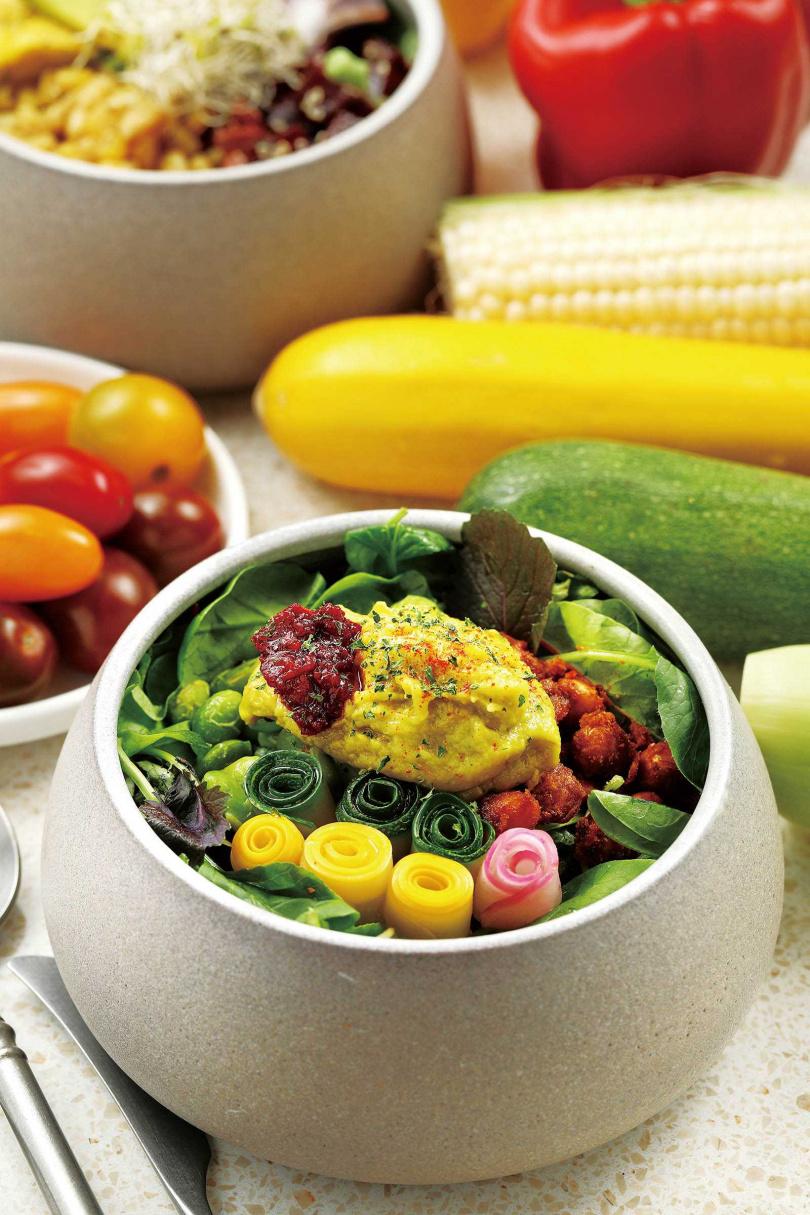 置於佛陀碗中、五顏六色的「小小酪梨蔬菜」,口口都有驚喜。(三八○元)(圖/于魯光攝)