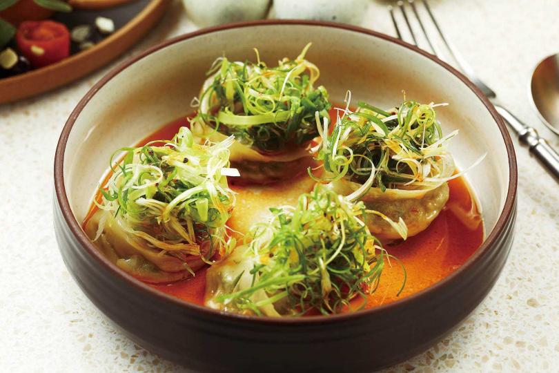 麻辣酸甜、滑嫩鮮美的「紅油皮蛋豆腐餃」,是店內人氣餐點。(150元/4顆)(圖/于魯光攝)
