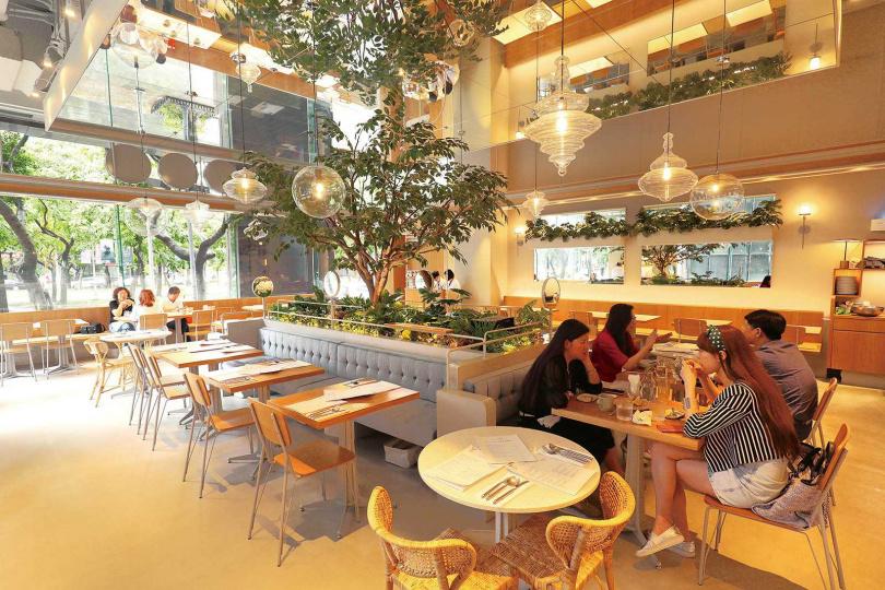 店內有許多綠色植栽,客人彷彿置身夢幻森林。(圖/于魯光攝)