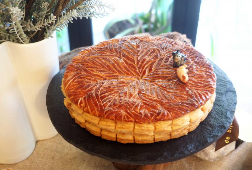 「花冠國王餅」將派皮雕成洛神花形狀,滋味酸甜。(預購優惠價790元)