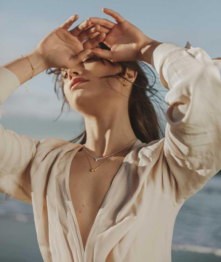 GEORG JENSEN「Moonlight Grapes月光葡萄」系列珠寶形象影片,「世界因你而轉動」微時刻之一「破曉曙光」。(圖╱GEORG JENSEN提供)