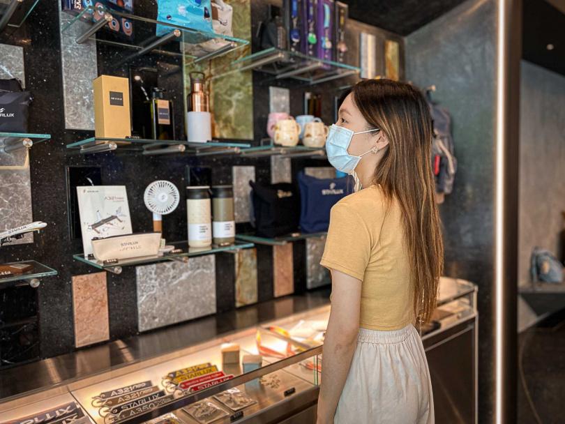 星宇小舖商品區以不同顏色及紋理的石材打造。(圖/星宇航空提供)
