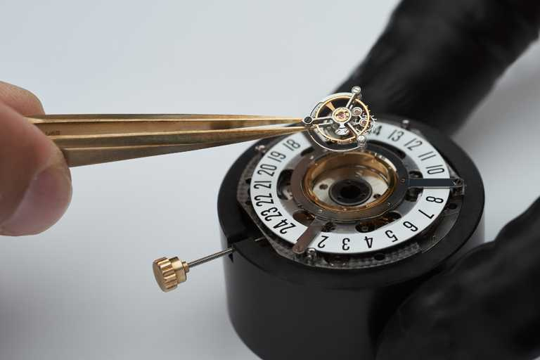 BVLGARI自製BVL332型自動上鏈機芯,搭載中央飛行陀飛輪、具備2支玫瑰金Papillon蝴蝶指針的專利裝置顯示分鐘、陶瓷滾珠軸承盤24小時跳時顯示,以及錶背動力儲存標示。(圖╱BVLGARI提供)