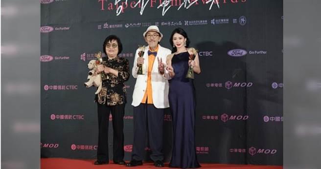 劉引商(左起)、小戽斗和李亦捷拿到台北電影節男女主角。(攝影/施岳呈、焦正德)