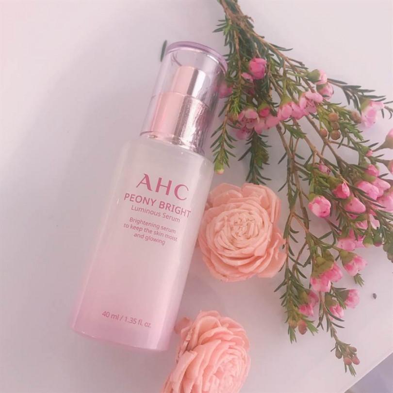 AHC無瑕煥白精萃,輕凝乳精華質地,漸進式展現粉嫩光采,讓肌膚在夏日維持煥白肌質。40ml/NT1,200