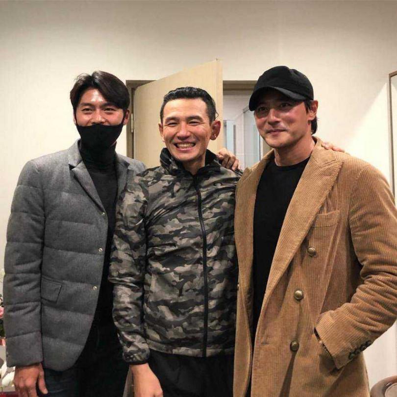 玄彬(左)與黃政民(中)主演的《交涉》因約旦禁止韓人入境更改拍攝計畫。(翻攝自網路)