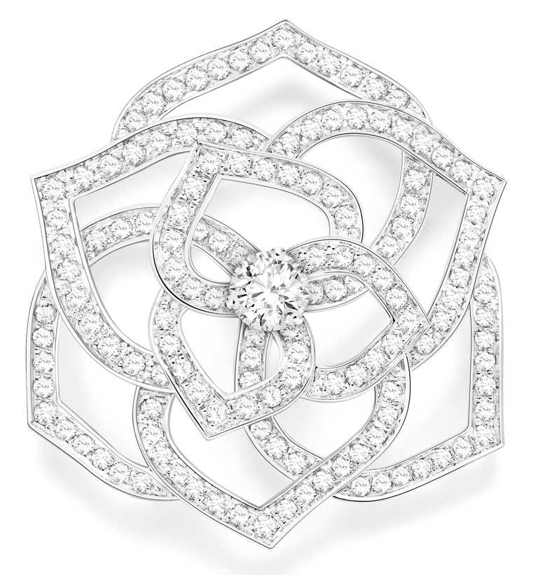 PIAGET「Rose系列」18K白金鏤空玫瑰鑽石胸針╱500,000元。(圖╱PIAGET提供)
