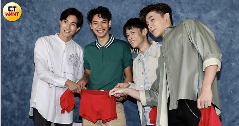 宋偉恩、黃雋智、張瀚元送上紅內褲,希望給劉韋辰帶來好運。(攝影/彭子桓)