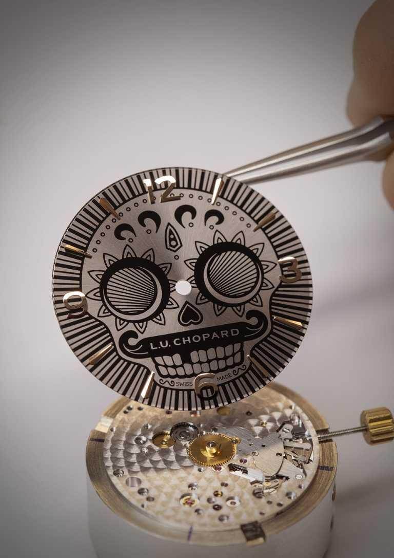 全新CHOPARD「L.U.C Skull One」系列腕錶,黑色漆面錶盤上繪有墨西哥Calavera骷髏頭,搭配指針、阿拉伯數字及鍍金時標。(圖╱CHOPARD提供)