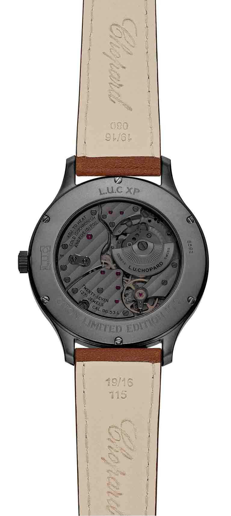 透過CHOPARD「L.U.C Skull One」腕錶煙燻黑的優雅底蓋,可盡覽機芯精密運轉。(圖╱CHOPARD提供)