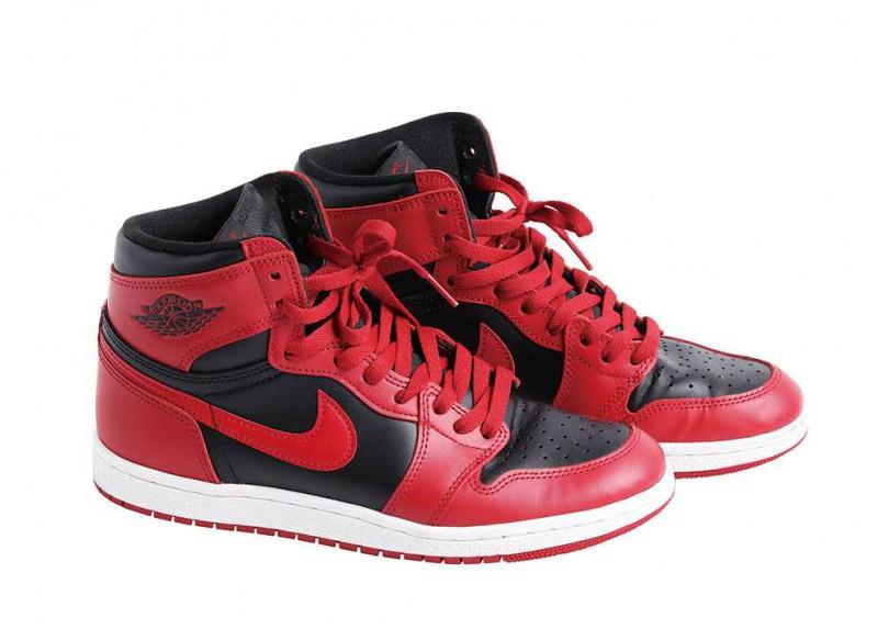 NIKEAIR JORDAN 1 HIGH 85Varsity Red/約6,000元為了紀念「AIR JORDAN 1」35周年而推出的鞋款,全球限量23,000雙,楊銘威雖然不打籃球,但也收藏了一雙,「這款是經典,很有意義,買來很開心,因為有點捨不得穿,只穿出去一次而已。」(攝影/戴世平)