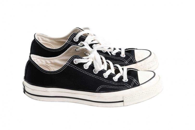 CONVERSE基本款休閒鞋/2,480元 楊銘威推薦「男生就是要有一雙」,因為非常百搭,沒有穿搭想法的時候,配這雙失敗率極低,尤其他的衣櫃以深色系衣服居多,穿黑色的CONVERSE不太會出錯。(攝影/戴世平)