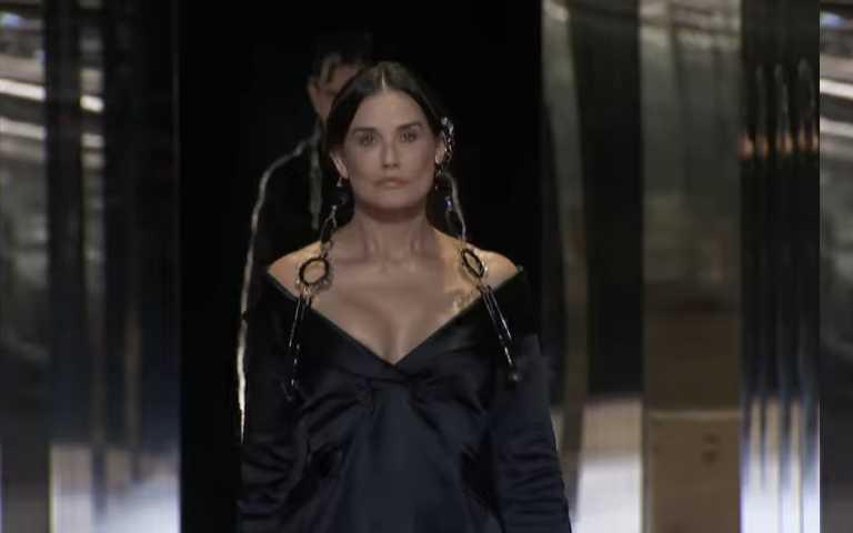 FENDI 2021年春夏高級訂製服大秀請來好萊塢巨星黛咪摩爾開場。(圖/IG、品牌提供)