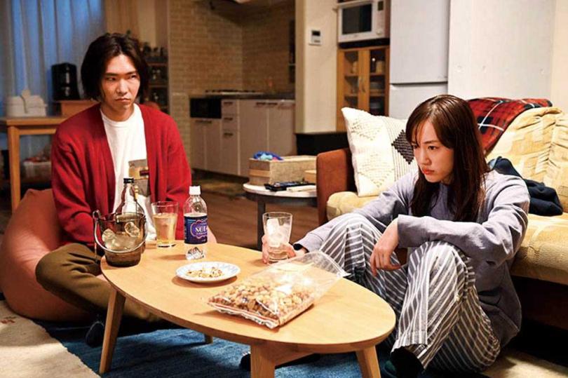 柄本佑(左)透露,綾瀨遙拍色誘戲前,居然先問他該怎演。(圖/翻攝自TBS官網)