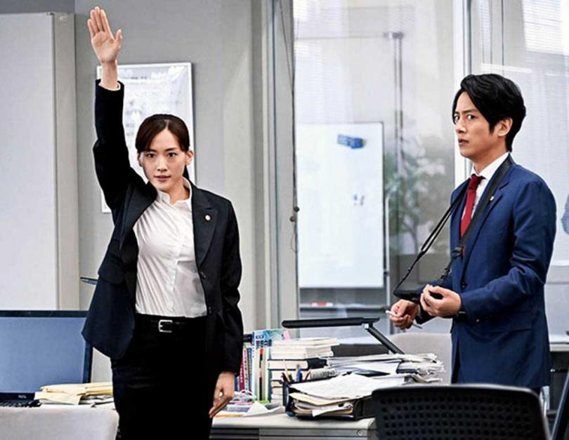 出道21年的綾瀨遙首次挑戰刑警角色,見到警察手冊等物品,令她大為興奮。(圖/翻攝自TBS官網)