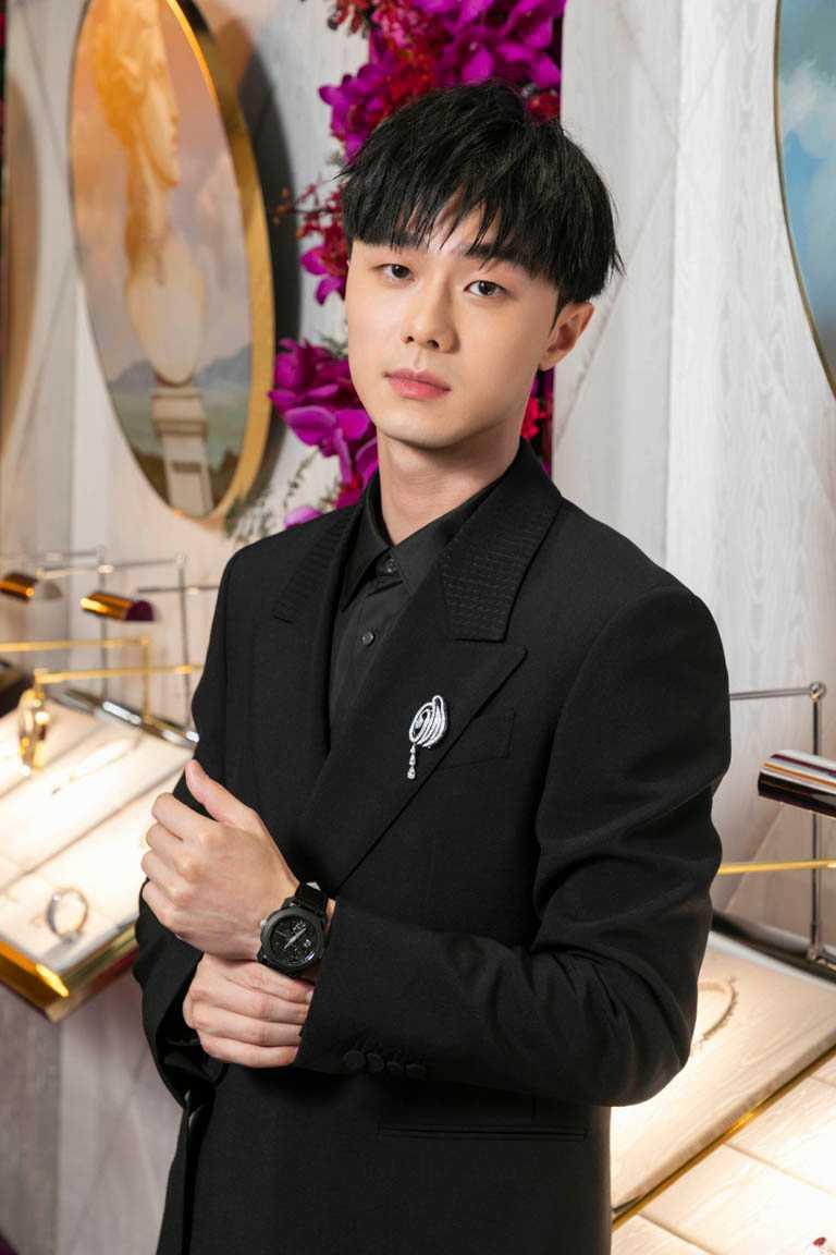 新生代演員施柏宇,佩戴BVLGARI「OCTO ROMA Carillon Tourbillon」鐘樂報時陀飛輪腕錶,展現成熟魅力。(圖╱BVLGARI提供)