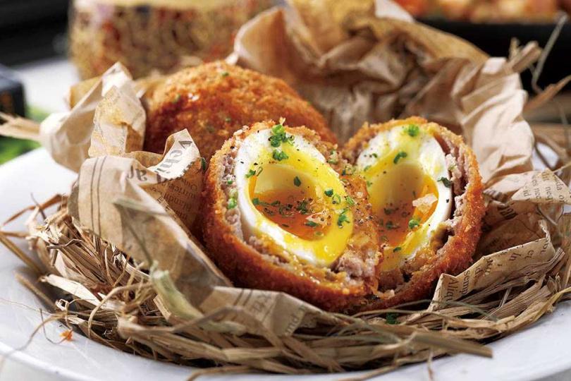 「經典蘇格蘭炸蛋」金黃酥脆的外層裡,是義式肉腸絞肉包裹著爆漿溏心蛋。(280元)