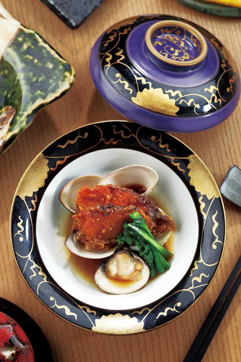 套餐固定有的煮物以笛鯛魚搭配蛤蜊烹調,最能展現肉質鮮甜。(圖/于魯光攝)