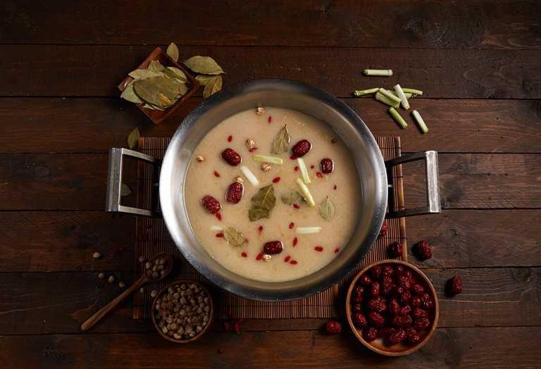 老火湯為這一鍋經典人氣鍋物,融合豬大骨、多種蔬果熬煮數十小時而成,搭配胡椒,湯頭濃郁香醇。