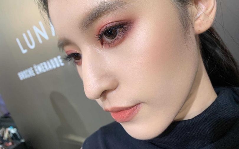 用睫毛膏來取代眼線能讓紅眼妝更有溫柔感,通勤OL必學!(圖/吳雅鈴攝影)